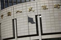 El Banco Popular de China en Pekín, nov 24 2014. China busca nuevas formas de reducir los altos costos del endeudamiento a largo plazo y evitar que el beneficio de su política monetaria flexible alimente posiciones especulativas en lugar de respaldar la desacelerada economía del país, dijeron expertos.    REUTERS/Kim Kyung-Hoon