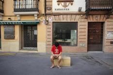 Un hombre revisando su teléfono móvil en Sevilla, España, ago 9 2013. Un aumento en el uso de teléfonos avanzados para acceder a información online y la creciente influencia de las redes sociales podría generar incertidumbre financiera a las organizaciones de noticias en todo el mundo, dijo el martes el Instituto Reuters para el Estudio del Periodismo.  REUTERS/Marcelo del Pozo