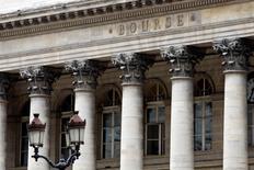 Les Bourses européennes ont ouvert mercredi sur une note hésitante dans l'attente du moindre développement de la crise grecque et des conclusions de la réunion du comité de politique monétaire de la Réserve fédérale aux Etats-Unis. L'indice CAC 40 perdait 0,07% vers 07h20 GMT, le Dax gagnait 0,24% et le FTSE prenait 0,20%. /Photo d'archives/REUTERS/Charles Platiau