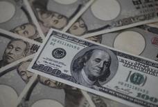 Un billete de 100 dólares y billetes de 10,000 yenes japoneses, en esta ilustración fotográfica tomada en Tokyo, 28 de febrero de 2013. El dólar subía contra el yen el miércoles ya que los inversores esperaban un comunicado de la Reserva Federal de Estados Unidos que podría apuntalar las apuestas a que las tasas de interés subirán por primera vez en casi una década en septiembre. REUTERS/Shohei Miyano