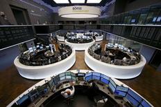 Les Bourses européennes sont orientées en baisse jeudi à la mi-séance, le scepticisme restant de mise sur la perspective de voir la Grèce et ses créanciers trouver un terrain d'entente. Vers 11h10 GMT, le CAC 40 baisse de 0,60% à 4.761,95 points à Paris, le Dax recule de 0,48% à Francfort et le FTSE cède 0,10% à Londres. /Photo prise le 16 juin 2015/REUTERS/Ralph Orlowski
