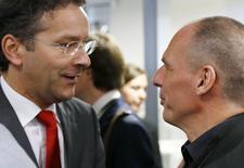 El presidente del Eurogrupo, Jeroen Dijsselbloem, y el ministro de Finanzas griego, Yanis Varoufakis, durante una reunión en Luxemburgo, 18 de junio de 2015. El Eurogrupo no discutió ninguna propuesta de reestructuración de la deuda de Grecia en su encuentro del jueves, pues antes que eso se necesita un acuerdo sobre el rescate ya existente para el país, de acuerdo al presidente de la entidad, Jeroen Dijsselbloem. REUTERS/Francois Lenoir