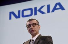 El presidente ejecutivo de Nokia, Rajeev Suri, en una rueda de prensa en la sede de la compañía en Espoo, Finlandia, abr 17 2015. Nokia, que una vez fue el mayor fabricante mundial de teléfonos móviles, planea volver a diseñar y otorgar licencias de estos aparatos cuando en 2016 se lo permita el acuerdo con su socio Microsoft, dijo su presidente ejecutivo al medio alemán Manager Magazin. REUTERS/Lehtikuva/Markku Ulander IMAGEN SOLO PARA USO DE TERCEROS