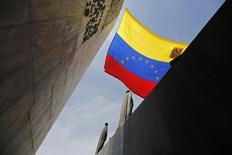 Imagen de archivo de una bandera de Venezuela flameando en el Monumento a los padres fundadores de la Patria en Caracas, mar 6 2013. Suelopetrol, una pequeña firma petrolera de capitales venezolanos, financiará con 625 millones de dólares a la empresa conjunta que tiene con el Estado para duplicar su producción, dijo a Reuters su presidente, Enrique Rodríguez. REUTERS/Tomas Bravo