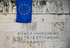 Una bandera de la Unión Europea cuelga de un muro del Parlamento, en Atenas, el 18 de junio de 2015. El Gobierno alemán lamenta que los ministros de la zona euro no hayan llegado a un acuerdo sobre un acuerdo de ayuda por reformas con Grecia, pero Berlín aún tiene esperanzas de un avance, dijo el viernes un portavoz oficial. REUTERS/Paul Hanna