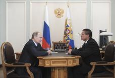 Presidente da Rússia, Vladimir Putin, fala com o ministro da Economia, Alexei Ulyukayev. 24/06/2013 REUTERS/Alexei Nikolskyi/RIA Novosti/Kremlin
