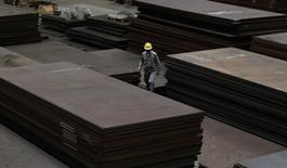 Funcionário anda em meio a chapas de aço em armazém de distribuição em Urayasu, leste de Tóquio. 19/04/2012 REUTERS/Toru Hanai