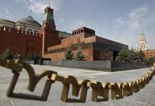 Вид на Мавзолей Ленина на Красной площади в Москве. 15 мая 2013 года. Кремль назвал санкции Запада против России незаконными и необоснованными и пообещал исходить из принципов взаимности. REUTERS/Maxim Shemetov