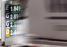 Un camión pasa junto a cartel que muestra los precios de la gasolina y el etanol, en una estación de petróleo, en Diadema, 2 de febrero de 2015. Brasil aumentó el lunes a un 11,75 por ciento los aranceles al etanol importado, una decisión que se espera que beneficie a los ingenios locales y puso más presión sobre los envíos del combustible proveniente desde Estados Unidos, el principal exportador al país latinoamericano. REUTERS/Paulo Whitaker