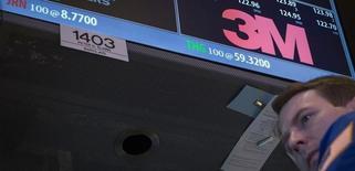 3M annonce l'achat de Capital Safety, une société spécialisée dans les équipements de protection, pour 1,8 milliard de dollars (1,6 milliard d'euros), soit l'acquisition la plus importante jamais opérée par le groupe industriel diversifié américain. /Photo d'archvies/REUTERS/Brendan McDermid