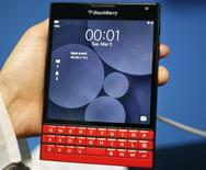 Смартфон Blackberry Passport на выставке в Барселоне. 3 марта 2015 года. BlackBerry Ltd сообщила во вторник, что темпы падения выручки начали замедляться и продажи софта увеличились. REUTERS/Gustau Nacarino