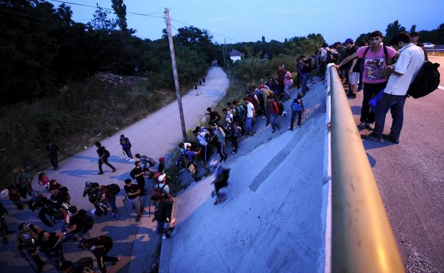 Immigrants from Syria climb from a motorway down a slope at Tabanovce near the Serbian border with Macedonia June 19, 2015. REUTERS/Ognen Teofilovski