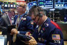 Трейдеры на фондовой бирже в Нью-Йорке. 16 июня 2015 года. Фондовые рынки США выросли во вторник, и Nasdaq завершил вторую сессию подряд на рекордной отметке, пока инвесторы ждут новостей о переговорах Греции с кредиторами. REUTERS/Lucas Jackson