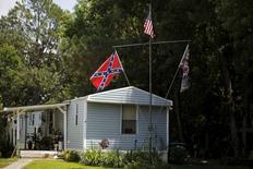 Bandeira de batalha dos confederados e bandeira dos EUA em casa em Summerville, Carolina do Sul. 22/06/2015 REUTERS/Brian Snyder