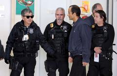 Empresário Marcelo Odebrecht é escoltado por policiais em Curitiba 20/6/2015  REUTERS/Rodolfo Burher