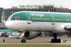 Un avión de Aer Lingus antes de despegar, en el aeropuerto de Dublín, 27 de enero de 2015. IAG, propietaria de British Airways, ha ofrecido concesiones en un intento de conseguir la aprobación regulatoria de la Unión Europea a su plan de adquirir un 25 por ciento de su rival irlandesa Aer Lingus, dijo el jueves la Comisión Europea. REUTERS/Cathal McNaughton