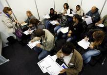 Desempleados rellenan fichas de inscripción en busca de empleo, en Sao Paulo. 11 de mayo de 2015. El desempleo de Brasil subió por quinto mes consecutivo y los salarios cayeron en mayo, según datos publicados por el  Gobierno el jueves, en una nueva señal de la dolorosa recesión que enfrenta el país. REUTERS/Paulo Whitaker