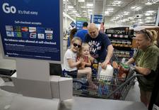 Una familia comprando en un supermercado Wal-Mart, en Bentonville, Arkansas, 4 de junio de 2015. El gasto del consumidor estadounidense registró en mayo su mayor aumento en casi seis años por la fortaleza de la demanda de autos y otros artículos costosos, en una nueva evidencia de que el crecimiento económico cobró impulso en el segundo trimestre. REUTERS/Rick Wilking
