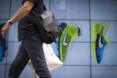 Мужчина у магазина Niketown в Нью-Йорке. 25 июня 2015 года. Прибыль Nike Inc превысила рыночные ожидания восьмой квартал подряд за счет увеличения продаж высокодоходных моделей обуви и одежды по более высоким ценам. REUTERS/Brendan McDermid