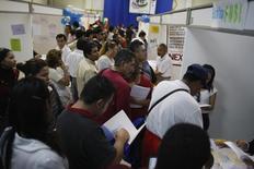 Personas buscando trabajo pasan por los puestos de compañías que buscan personal, en una feria de empleos en Monterrey, 24 de febrero de 2009. La tasa de desempleo desestacionalizada de México mostró un incremento marginal en mayo, en línea con el moderado desempeño de la economía local, de acuerdo con cifras divulgadas el viernes por el instituto nacional de estadística, INEGI. REUTERS/Tomas Bravo