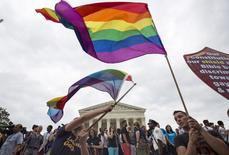 Pessoas comemoram aprovação do casamento gay nos EUA.  26/6/2015.  REUTERS/Joshua Roberts
