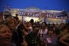 A quelques heures d'un inéluctable défaut de paiement, au moins 20.000 Grecs sont descendus dans les rues d'Athènes lundi soir pour apporter leur soutien au Premier ministre Alexis Tsipras. La Grèce ne sera sans doute pas en mesure de rembourser une tranche de 1,6 milliard d'euros dus au Fonds monétaire internationale avant ce mardi soir minuit. /Photo prise le 29 juin 2015/REUTERS/Alkis Konstantinidis