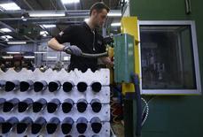 Un trabajador en la planta de bicicletas Brompton en Londres, ene 10 2014. La economía británica creció con más fuerza de lo que se estimó inicialmente en los primeros tres meses del año, impulsada por el gasto de los consumidores y un repunte en la inversión empresarial, aunque débiles exportaciones seguían reteniendo el crecimiento.  REUTERS/Luke MacGregor