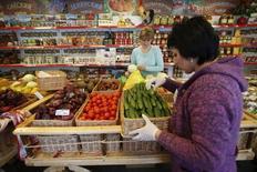 """Сотрудники магазина """"Крымское подворье"""" в Химках за работой 25 января 2015 года. Рост индекса потребительских цен в России за период с 23 по 29 июня оказался нулевым, тогда как в предыдущие две недели был на уровне 0,1 процента, сообщил Росстат. REUTERS/Maxim Zmeyev"""