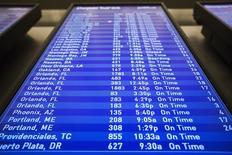 Información de diversos vuelos en un panel en el aeropuerto internacional John F. Kennedy en Nueva York, nov 27 2013. El Departamento de Justicia de Estados Unidos está investigando si las aerolíneas de ese país están trabajando juntas para mantener altos los precios de los pasajes, dijo el miércoles la portavoz, Emily Pierce. REUTERS/Lucas Jackson