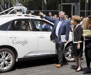 Presidente Dilma observa carro autônomo do Google em Mountain View.   REUTERS/Beck Diefenbach