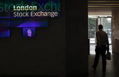 Мужчина в здании Лондонской фондовой биржи 5 августа 2011 года. Европейские фондовые рынки снижаются в ожидании экономической статистики США и итогов референдума в Греции. REUTERS/Suzanne Plunkett