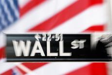 Wall Street a ouvert jeudi en légère hausse après des chiffres témoignant d'un ralentissement sur le front de l'emploi qui affaiblit l'hypothèse d'un relèvement des taux d'intérêt par la Réserve fédérale dès le mois de septembre. L'indice Dow Jones gagne 0,13%, à 17.780,19 points. Le Standard & Poor's 500, plus large, progresse de 0,21% à 2.081,68 points et le Nasdaq Composite prend 0,23% à 5.024,74 points. /Photo d'archives/REUTERS/Lucas Jackson