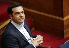 """El primer ministro griego, Alexis Tsipras, en una sesión del Parlamento en Atenas, jun 27 2015. El primer ministro Alexis Tsipras dijo a los griegos el jueves que los problemas que enfrentan por el cierre de los bancos """"no durará mucho tiempo"""", y que espera lograr un nuevo acuerdo de ayuda con los acreedores 48 horas después del referendo del domingo. REUTERS/Yannis Behrakis"""