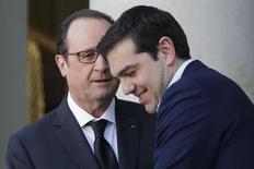 Presidente francês, François Hollande (esquerda), e premiê grego, Alexis Tsipras, durante encontro em Paris.  04/02/2015   REUTERS/Philippe Wojazer