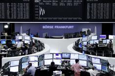 Les Bourses européennes évoluent dans le rouge mardi à la mi-séance alors que le sort de la Grèce est au centre de nouvelles réunions au sommet à Bruxelles présentées comme décisives. Vers 13h10, le Cac 40 cède 0,96% à Paris et le Dax abandonne 0,57% à Francfort. /Photo prise le 7 juillet 2015/REUTERS/Staff/remote