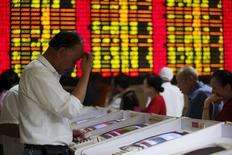 Un inversor mira una pantalla de computador que muestra la información de las acciones en una agencia de la bolsa en Shanghái, China, 8 de julio de 2015. Las acciones asiáticas caían con fuerza el miércoles y el yen se fortalecía porque los inversores lo buscaban como refugio ante una caída libre de las bolsas chinas, que agitaba a los inversores ya sacudidos por la crisis de deuda en Grecia. REUTERS/Aly Song