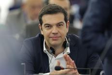El primer ministro griego, Alexis Tsipras, aplaude al llegar al Parlamento Europeo, en Estrasburgo, Francia, 8 de julio de 2015. El primer ministro de Grecia, Alexis Tsipras, pidió el miércoles en un discurso ante el Parlamento Europeo un acuerdo justo que mantenga a su país en la zona euro. REUTERS/Vincent Kessler