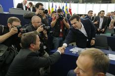 """Le Premier ministre grec Alexis Tsipras au Parlement européen, à Strasbourg. La Grèce a promis de présenter jeudi au plus tard des propositions de réforme de son économie pour obtenir une nouvelle aide de ses créanciers, avec le soutien de la France qui a promis de """"tout faire"""" pour éviter un """"Grexit"""". /Photo prise le 8 juillet 2015/REUTERS/Vincent Kessler"""