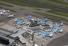KLM annoncera en septembre de nouvelles mesures pour accélérer son programme de réduction de coûts de 700 millions d'euros, a déclaré le président de la compagnie aérienne néerlandaise Pieter Elbers. /Photo prise le 15 avril 2015/REUTERS/Yves Herman