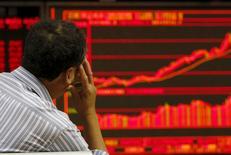 Un inversor mira un tablero electrónico que muestra la información de las acciones en una correduría en Beijing, 9 de julio de 2015. Las acciones de China rebotaron por segundo día consecutivo el viernes, revirtiendo una caída a comienzos de la semana luego de que los mercados recuperaron parte de la compostura gracias a una serie de medidas de apoyo del Gobierno para frenar el desplome. REUTERS/Kim Kyung-Hoon