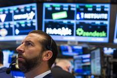 Un operador trabajando en la Bolsa de Nueva York, 9 de julio de 2015. Las acciones en Estados Unidos iniciaron la rueda del viernes con fuertes avances por las expectativas de que Grecia recibirá nuevos fondos y luego de que el primer ministro chino señaló que el crecimiento económico del país se estaba estabilizando. REUTERS/Lucas Jackson