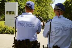 Policiais em frente à sede da Fifa em Zurique 3/6/2015 REUTERS/Arnd Wiegmann