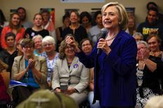 La aspirante presidencial demócrata Hillary Clinton dirá en un discurso el lunes que las empresas estadounidenses están demasiado obsesionadas con los beneficios a corto plazo, sobre todo en Wall Street, y prometerá ayudar a que los trabajadores tengan mejores sueldos y trabajos más amigables con la familia. En la imagen, Clinton habla en un acto de campaña en Iowa City, Iowa, EEUU. 7 julio 2015. REUTERS/Jim Young