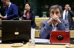 Los líderes de la zona euro lucharán el domingo hasta el final para mantener a Grecia en la zona euro, después de que el presidente de turno de la Unión Europea canceló una cumbre de los 28 líderes de la UE que habría sido necesaria en caso de una salida del país heleno del bloque monetario. En la imagen, el ministro de Finanzas griego, Euclides Tsakalotos, espera el comienzo de la reunión del Eurogrupo en Bruselas, Bélgica. 12 julio 2015. REUTERS/Francois Lenoir