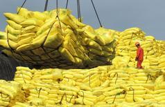 Рабочий в порту города Ляньюньган в китайской провинции Цзянсу. 13 июля 2015 года. Экспорт из Китая неожиданно вырос в июне, а импорт снизился, но показал лучшие результаты с начала года, внушая надежды на то, что торговля начинает ускоряться. REUTERS/China Daily