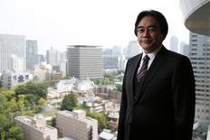 El presidente ejecutivo de Nintendo, Satoru Iwata, posa para una foto luego de una entrevista con Reuters en Tokio, 8 de mayo de 2014. El presidente ejecutivo de Nintendo Co Ltd, Satoru Iwata, murió de cáncer el sábado, meses después de liderar la tardía entrada del fabricante japonés de consolas en el mercado de videojuegos para dispositivos móviles tras años de declives en las ventas. REUTERS/Toru Hanai