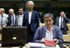 El ministro de Finanzas griego, Euclid Tsakalotos, y la directora gerente del Fondo Monetario Internacional, Christine Lagarde, durante una reunión de ministro de Finanzas de la euro zona, en Bruselas, Bélgica, 12 de julio de 2015. Grecia necesitará un alivio de deuda mucho más profundo de lo que sus socios de la zona euro han estado dispuestos a considerar, debido al deterioro de la economía y los bancos del país de las últimas dos semanas, según un estudio confidencial del Fondo Monetario Internacional al que Reuters tuvo acceso. REUTERS/Francois Lenoir
