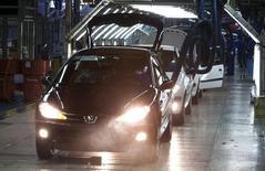 Chaîne de montage de Peugeot 206 par Iran Khodro, près de Téhéran.  PSA Peugeot Citroën a annoncé être en discussions avancées en vue de la constitution d'une coentreprise en Iran avec son partenaire historique Iran Khodro afin de pouvoir revenir sur ce marché clé après l'accord international conclu mardi sur le programme nucléaire iranien. /Phto prise le 20 juiin 2011/REUTERS/Morteza Nikoubazl