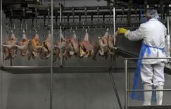 Abatedouro de frangos em Itatinga, em São Paulo.    04/10/2011    REUTERS/Paulo Whitaker