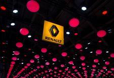 """Renault est une des valeurs à suivre mercredi à la Bourse de Paris après l'annonce par Credit suisse qu'il avait a entamé le suivi de l'action avec une recommandation à """"surperformance"""". /Photo prise le 22 janvier 2015/REUTERS/Yves Herman"""